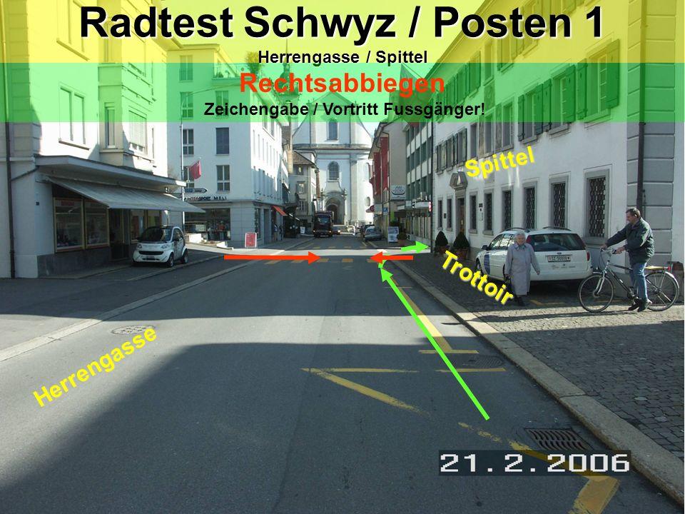 Radtest Schwyz / Posten 1 Herrengasse / Spittel Rechtsabbiegen Zeichengabe / Vortritt Fussgänger.
