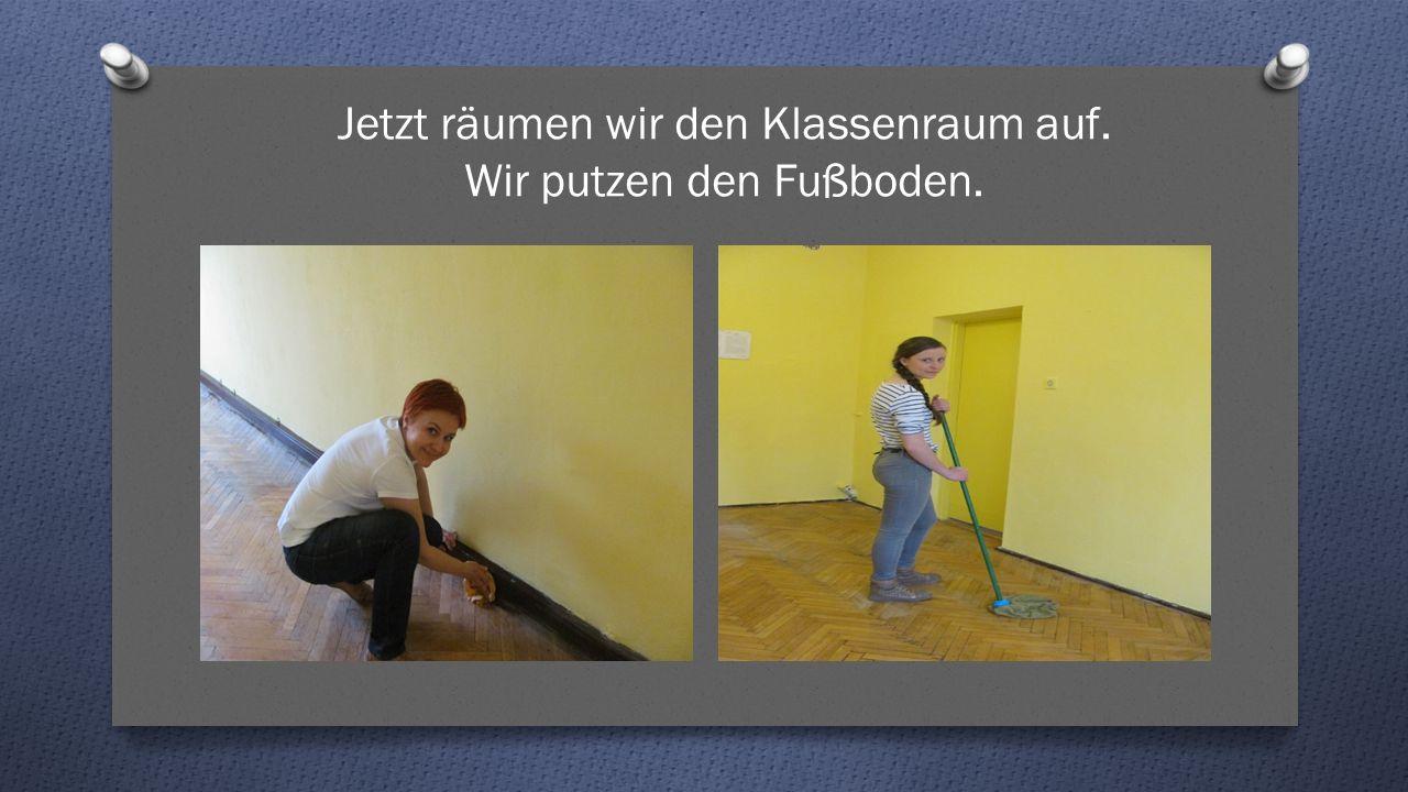 Jetzt räumen wir den Klassenraum auf. Wir putzen den Fußboden.