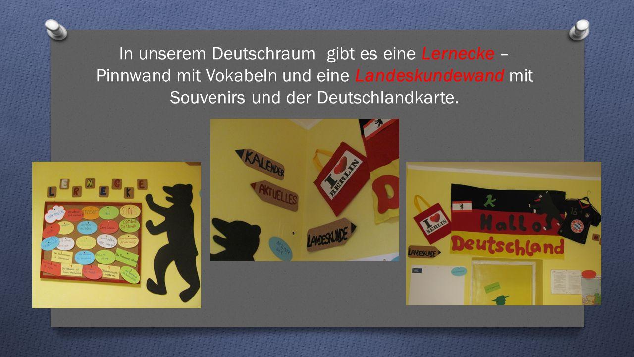 In unserem Deutschraum gibt es eine Lernecke – Pinnwand mit Vokabeln und eine Landeskundewand mit Souvenirs und der Deutschlandkarte.