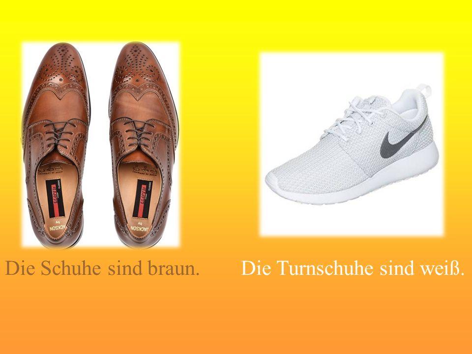 Die Schuhe sind braun. Die Turnschuhe sind weiß.