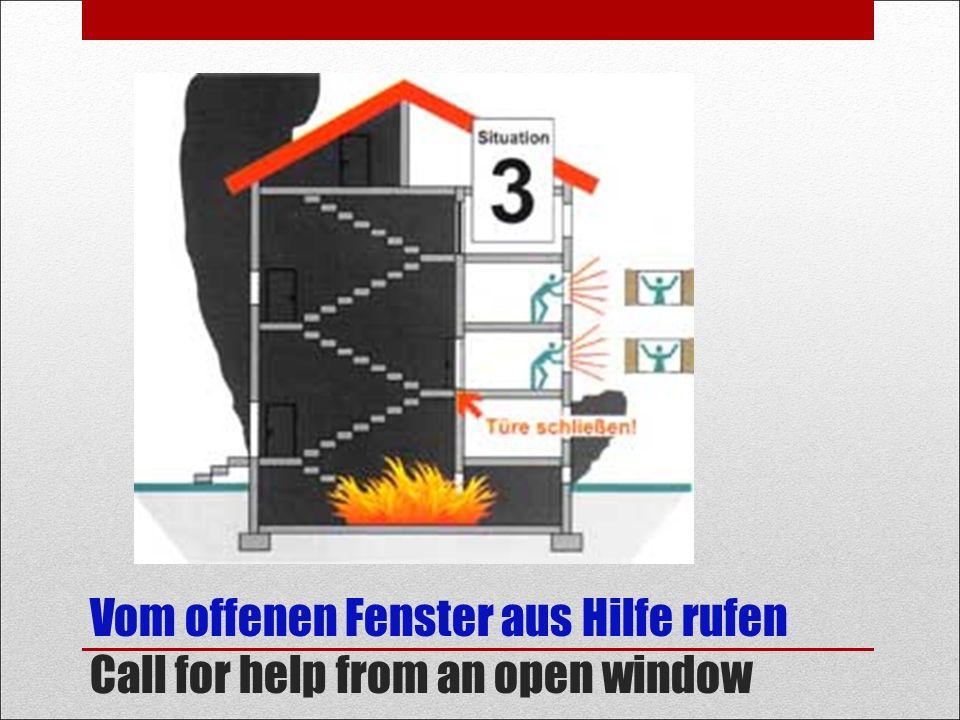 Vom offenen Fenster aus Hilfe rufen Call for help from an open window