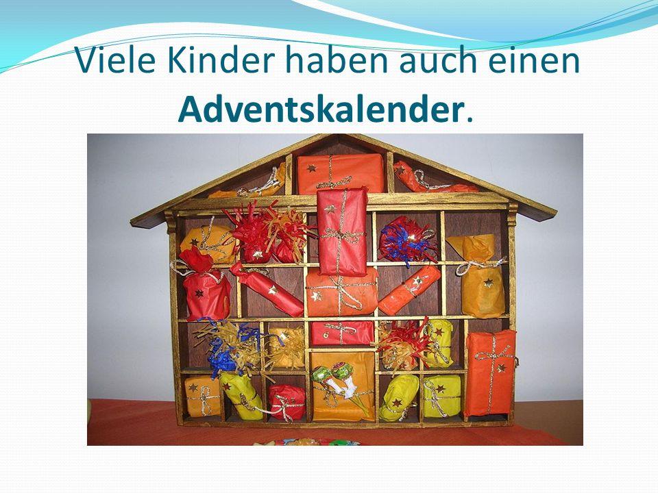 Adventskalender Für jeden der 24 Tage im Dezember bis zum Weihnachtstag findet man ein Stückchen Schokolade oder etwas anderes hinter kleinen Türen.