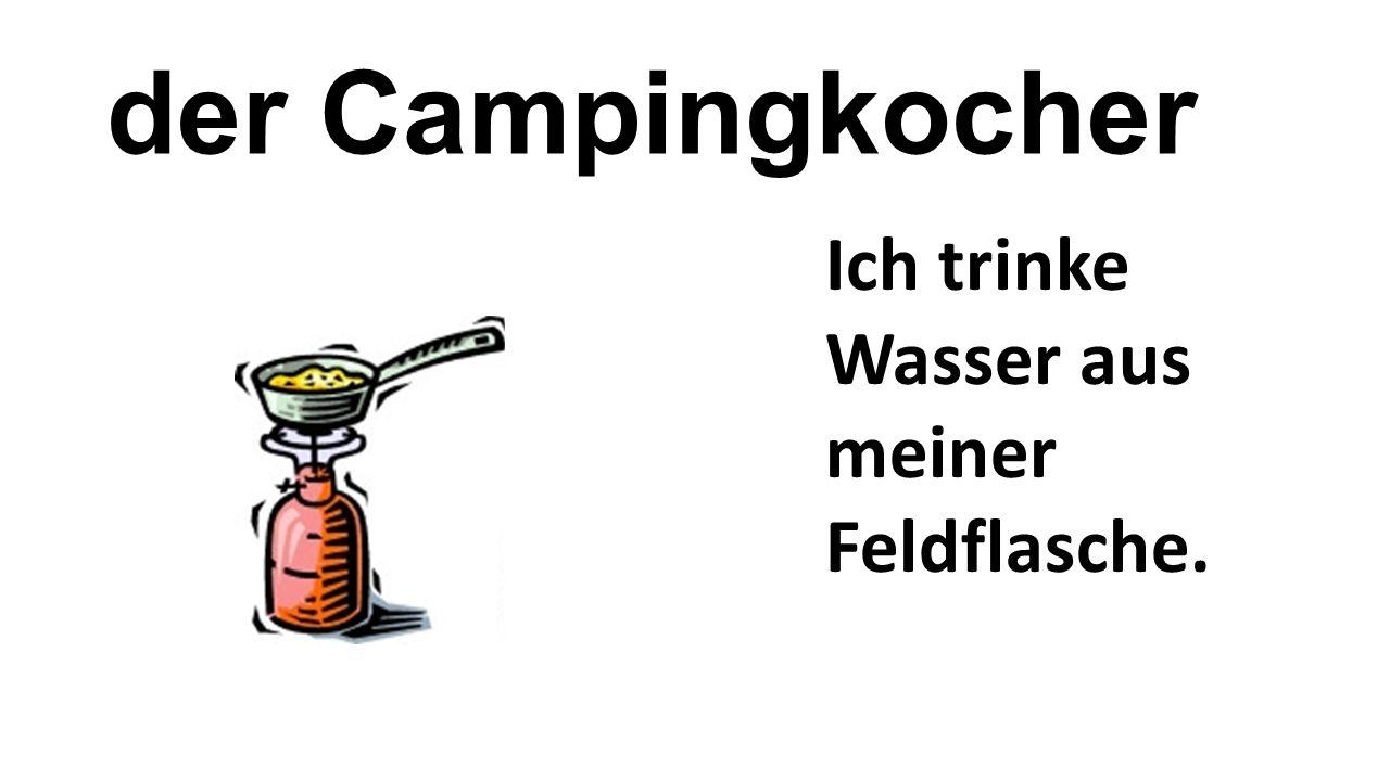 der Campingkocher Ich trinke Wasser aus meiner Feldflasche.