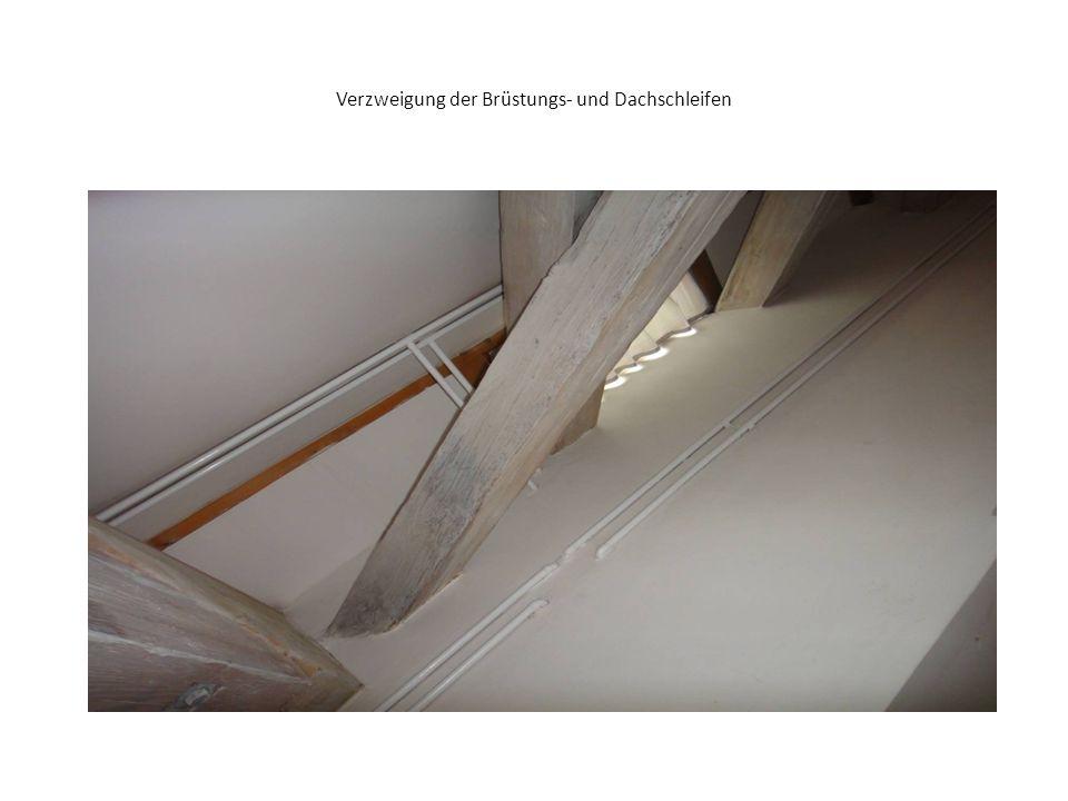 Tür zur Emporentreppe zeigt, dass das Fenster in den Bereich der Dachtreppe reicht