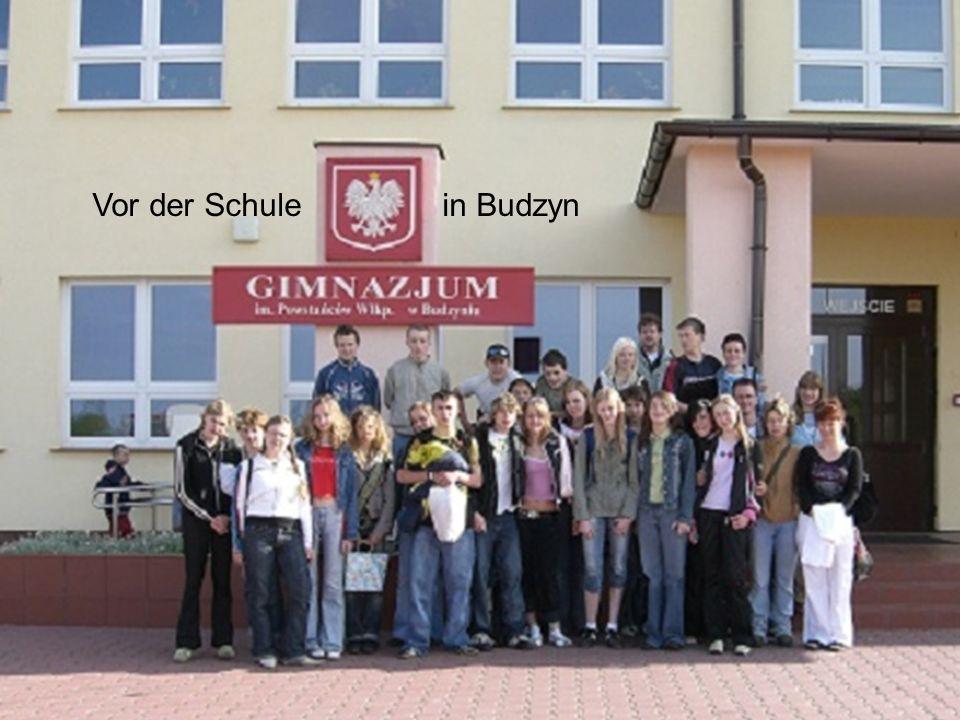 Vor der Schule in Budzyn