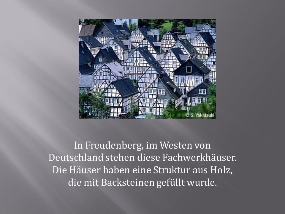 In Freudenberg, im Westen von Deutschland stehen diese Fachwerkhäuser. Die Häuser haben eine Struktur aus Holz, die mit Backsteinen gefüllt wurde.