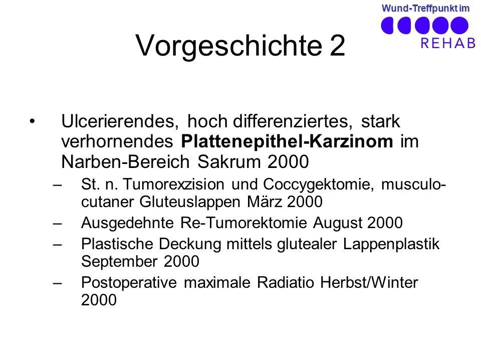 Wund-Treffpunkt im Vorgeschichte 2 Ulcerierendes, hoch differenziertes, stark verhornendes Plattenepithel-Karzinom im Narben-Bereich Sakrum 2000 –St.