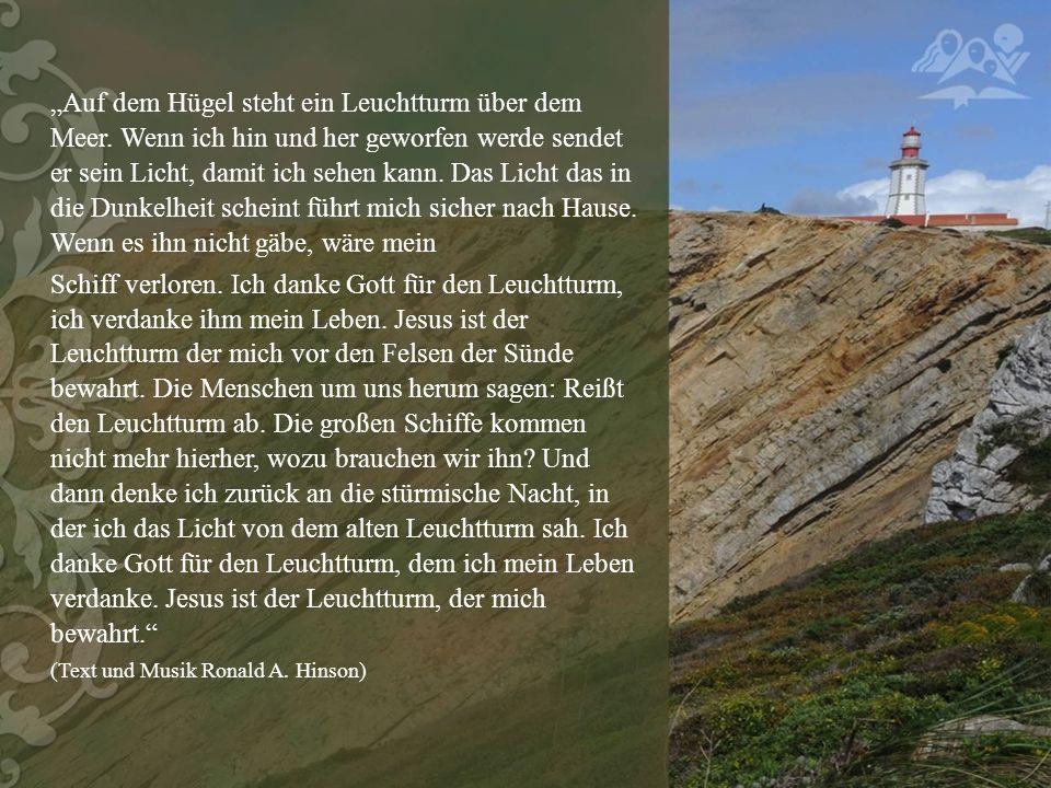 """""""Auf dem Hügel steht ein Leuchtturm über dem Meer."""