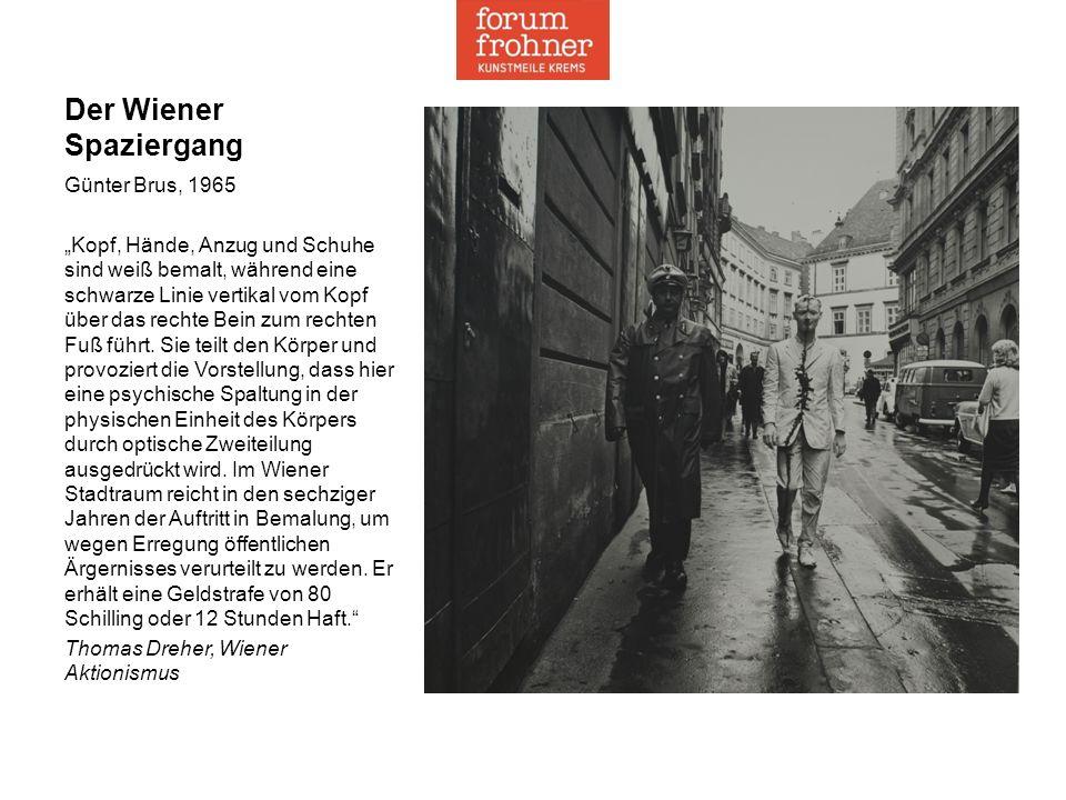 """Der Wiener Spaziergang Günter Brus, 1965 """"Kopf, Hände, Anzug und Schuhe sind weiß bemalt, während eine schwarze Linie vertikal vom Kopf über das rechte Bein zum rechten Fuß führt."""