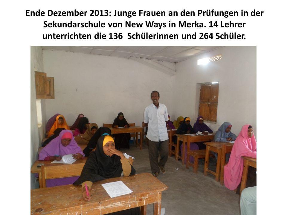 Ende Dezember 2013: Junge Frauen an den Prüfungen in der Sekundarschule von New Ways in Merka. 14 Lehrer unterrichten die 136 Schülerinnen und 264 Sch