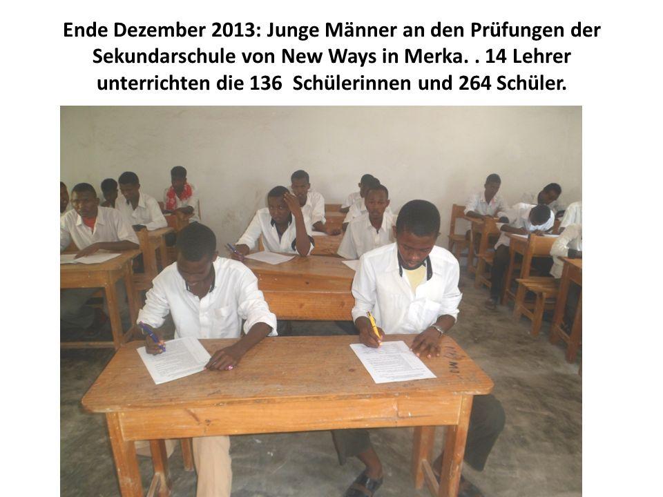 Ende Dezember 2013: Junge Männer an den Prüfungen der Sekundarschule von New Ways in Merka.. 14 Lehrer unterrichten die 136 Schülerinnen und 264 Schül