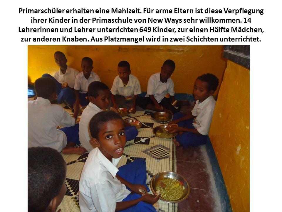 Primarschüler erhalten eine Mahlzeit.