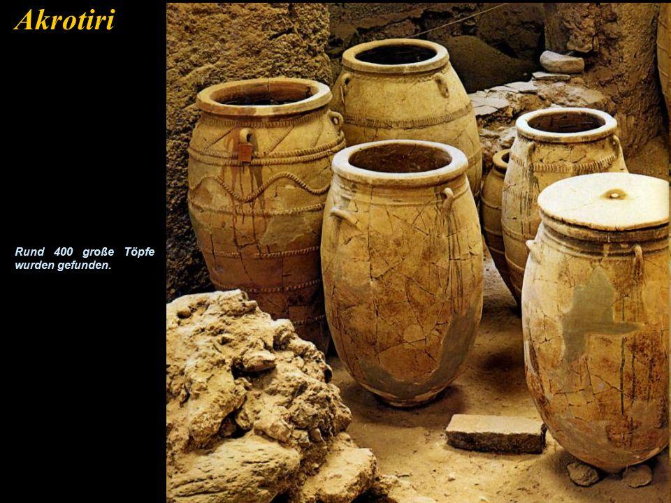 Akrotiri Dies ist die Ausgrabung von Akrotiri, die von Professor Marinatos im Jahre 1967 begonnen wurde. Auf dem Gelände wurde niemals ein Skelett gef