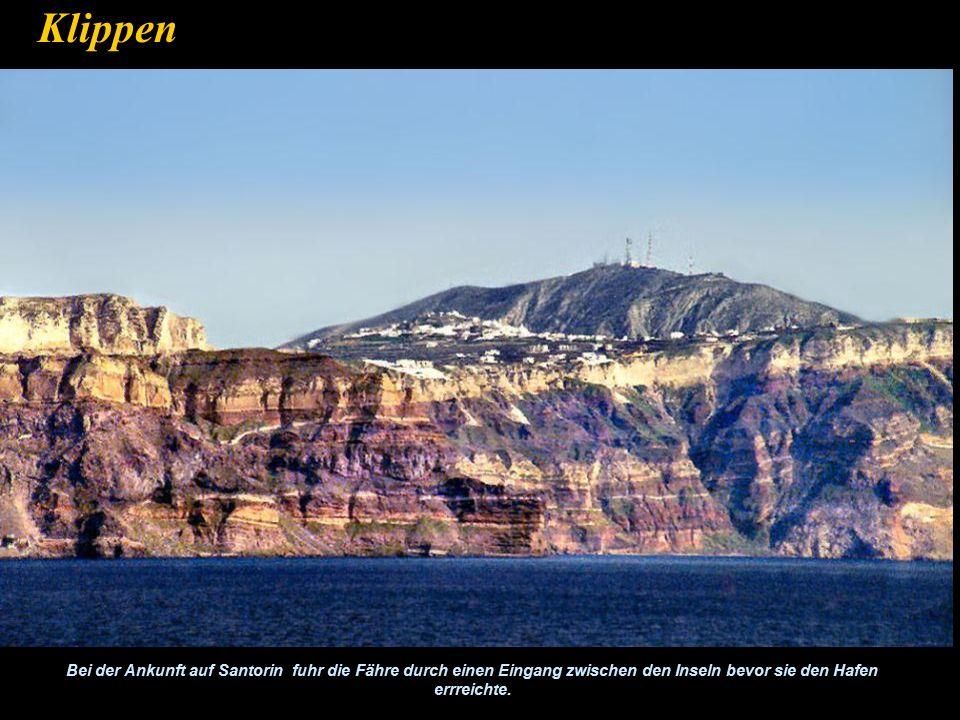 Klippen Bei der Ankunft auf Santorin fuhr die Fähre durch einen Eingang zwischen den Inseln bevor sie den Hafen errreichte.