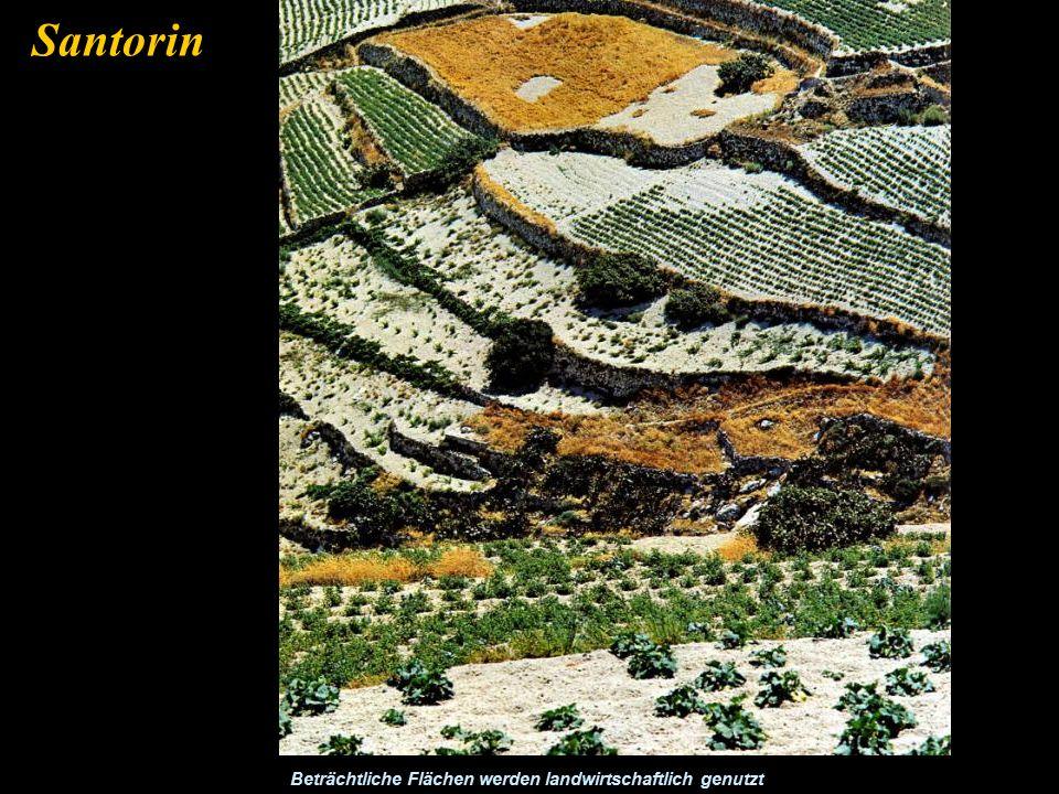 Die Kapelle Agios Nikolaos am Fuße einer Klippe aus riesigen vulkanischen Gesteinen. Santorin