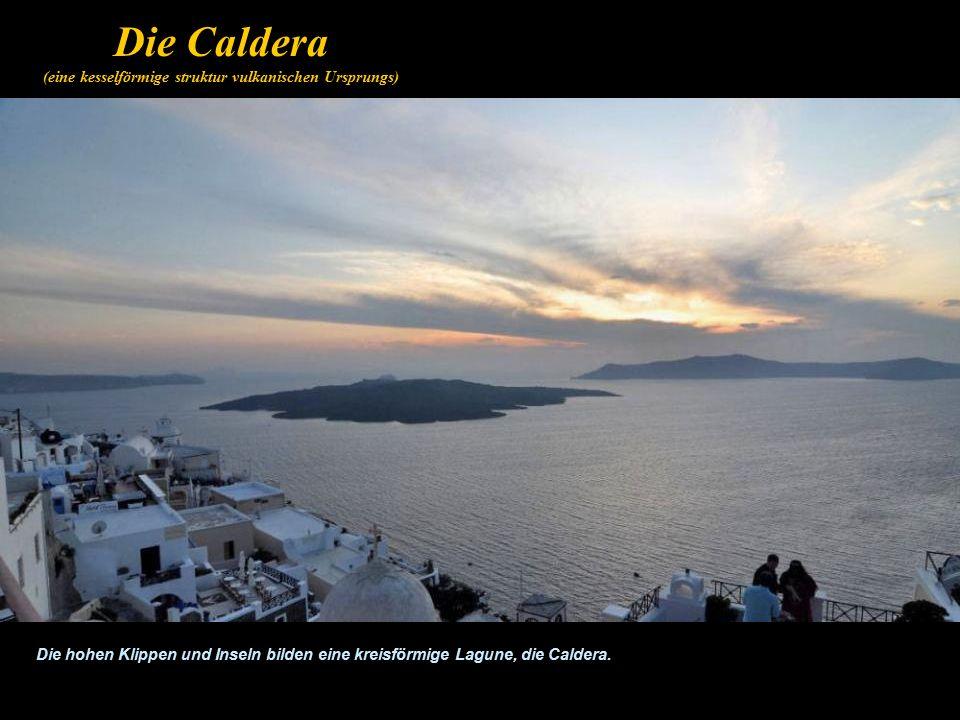 Die Caldera (eine kesselförmige struktur vulkanischen Ursprungs) Die hohen Klippen und Inseln bilden eine kreisförmige Lagune, die Caldera.