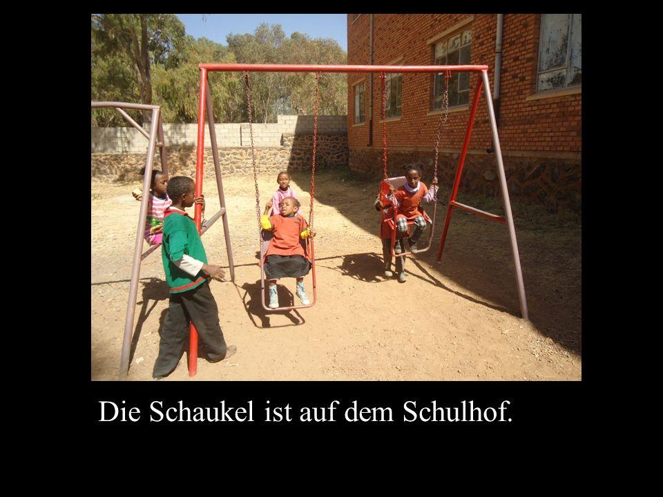 Die Schaukel ist auf dem Schulhof.