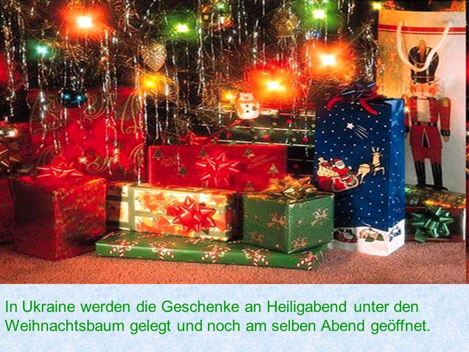 In Ukraine werden die Geschenke an Heiligabend unter den Weihnachtsbaum gelegt und noch am selben Abend geöffnet.