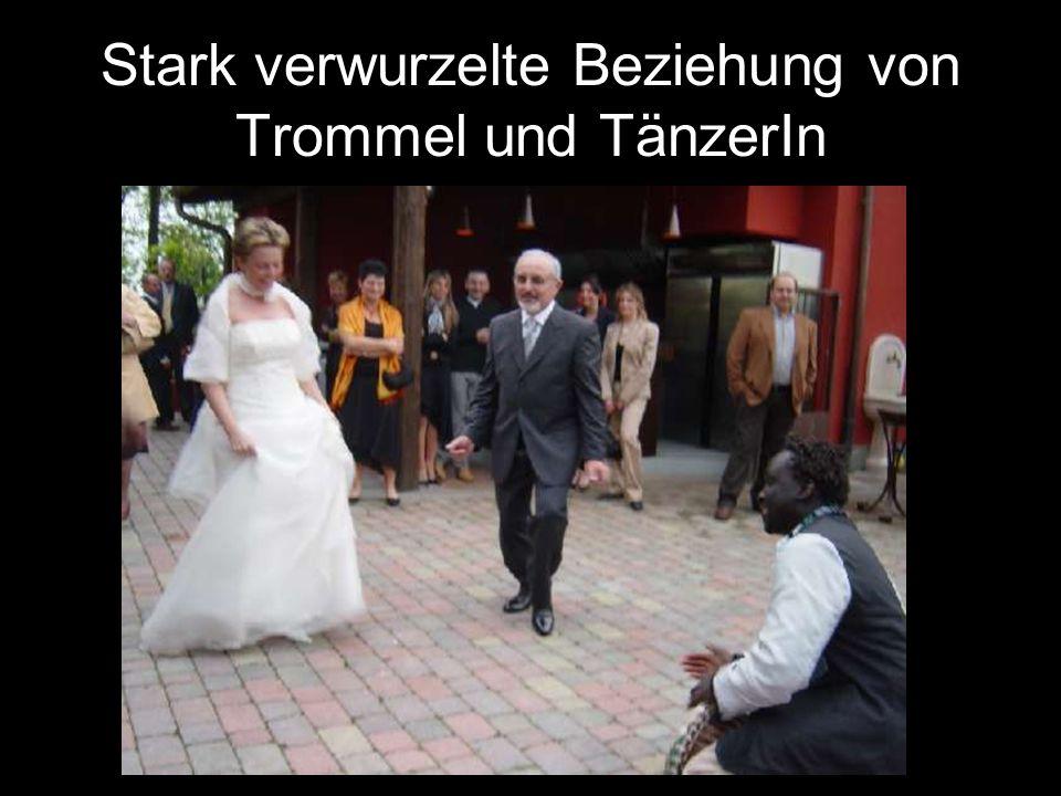 Stark verwurzelte Beziehung von Trommel und TänzerIn