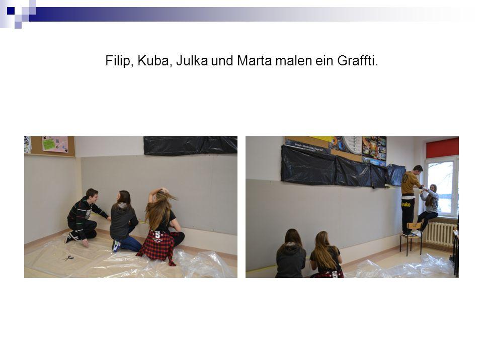 Filip, Kuba, Julka und Marta malen ein Graffti.