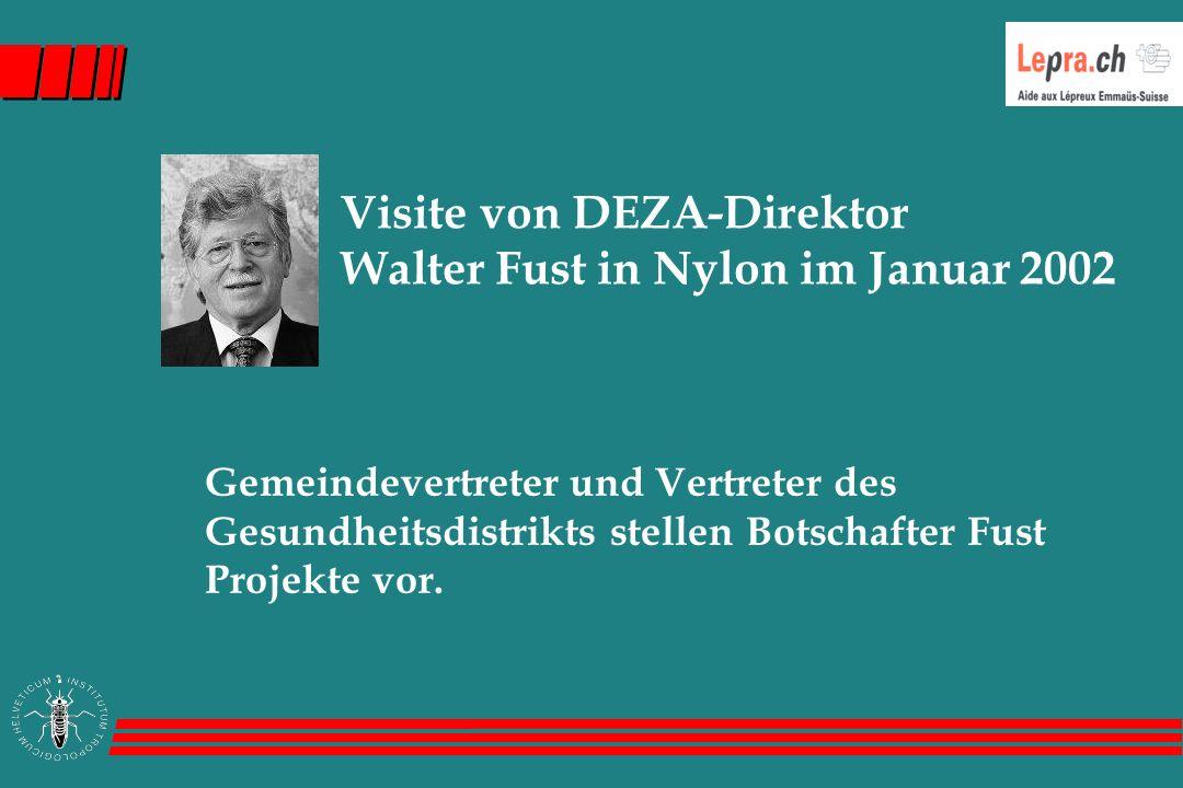 Visite von DEZA-Direktor Walter Fust in Nylon im Januar 2002 Gemeindevertreter und Vertreter des Gesundheitsdistrikts stellen Botschafter Fust Projekte vor.