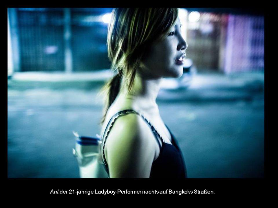Ant der 21-jährige Ladyboy-Performer nachts auf Bangkoks Straßen.