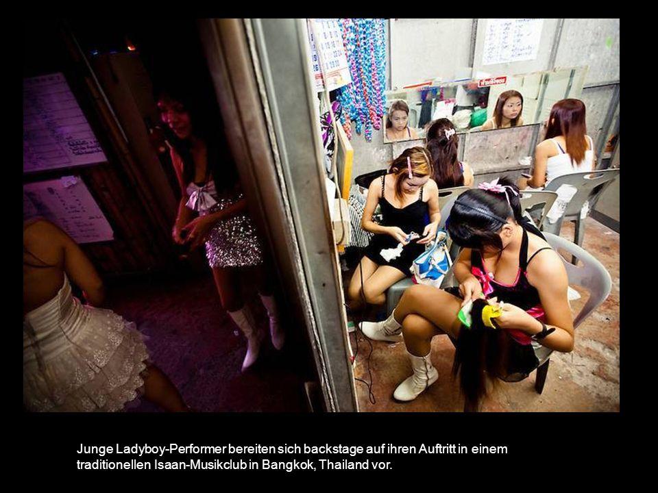 Junge Ladyboy-Performer bereiten sich backstage auf ihren Auftritt in einem traditionellen Isaan-Musikclub in Bangkok, Thailand vor.