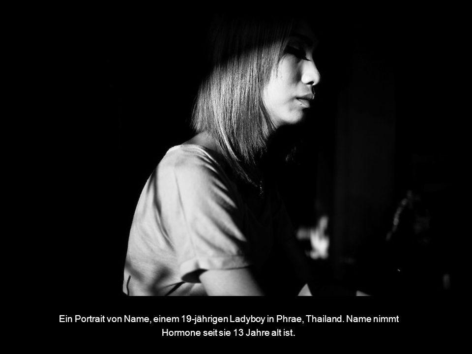 Ein Portrait von Name, einem 19-jährigen Ladyboy in Phrae, Thailand.