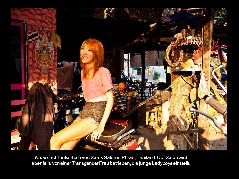 Name lacht außerhalb von Sams Salon in Phrae, Thailand.