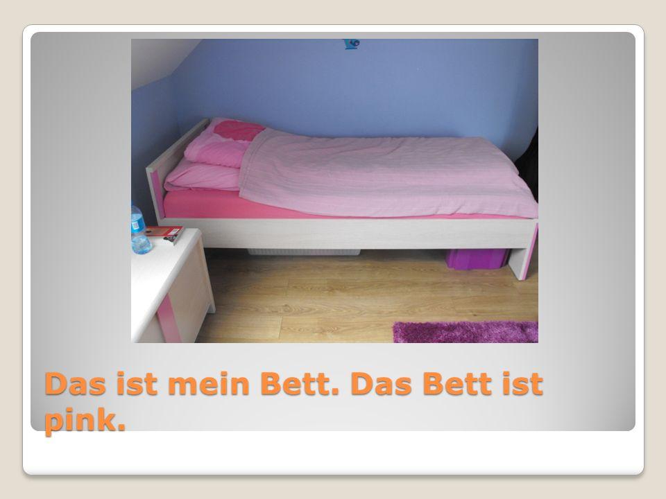 Das ist eine Truhe. Die Truhe steht neben dem Bett.