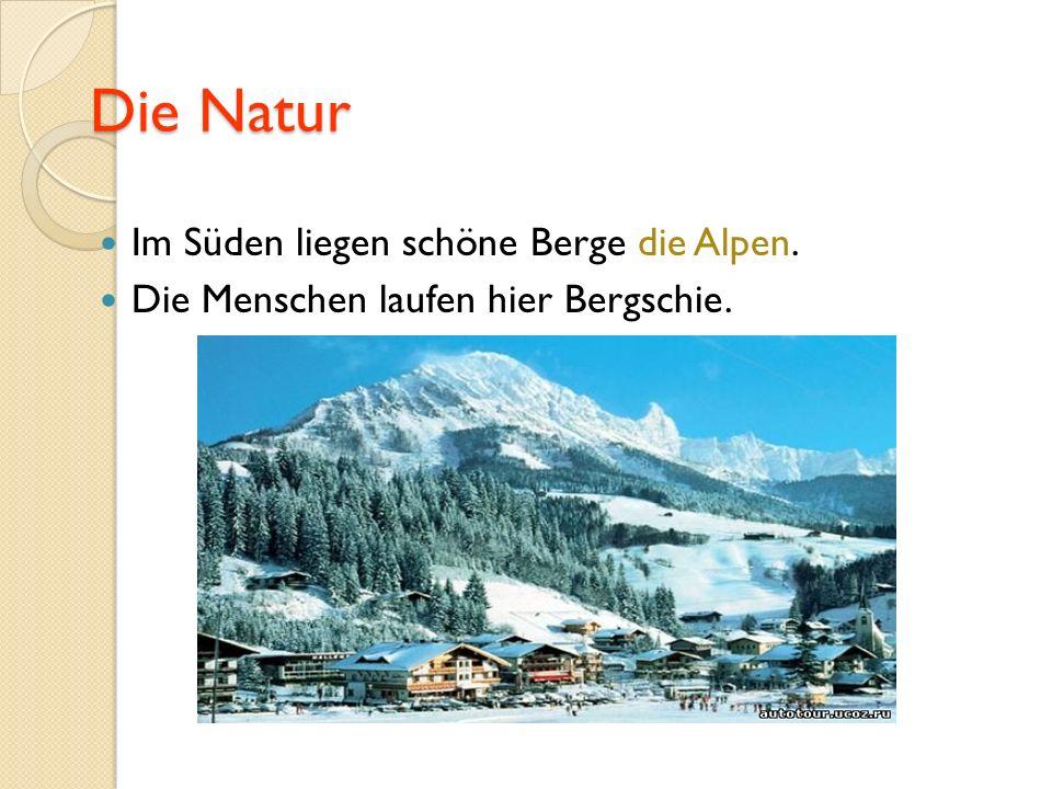 Die Natur Im Süden liegen schöne Berge die Alpen. Die Menschen laufen hier Bergschie.
