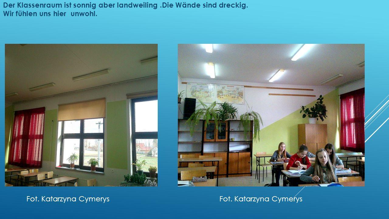 Der Klassenraum ist sonnig aber landweiling.Die Wände sind dreckig.
