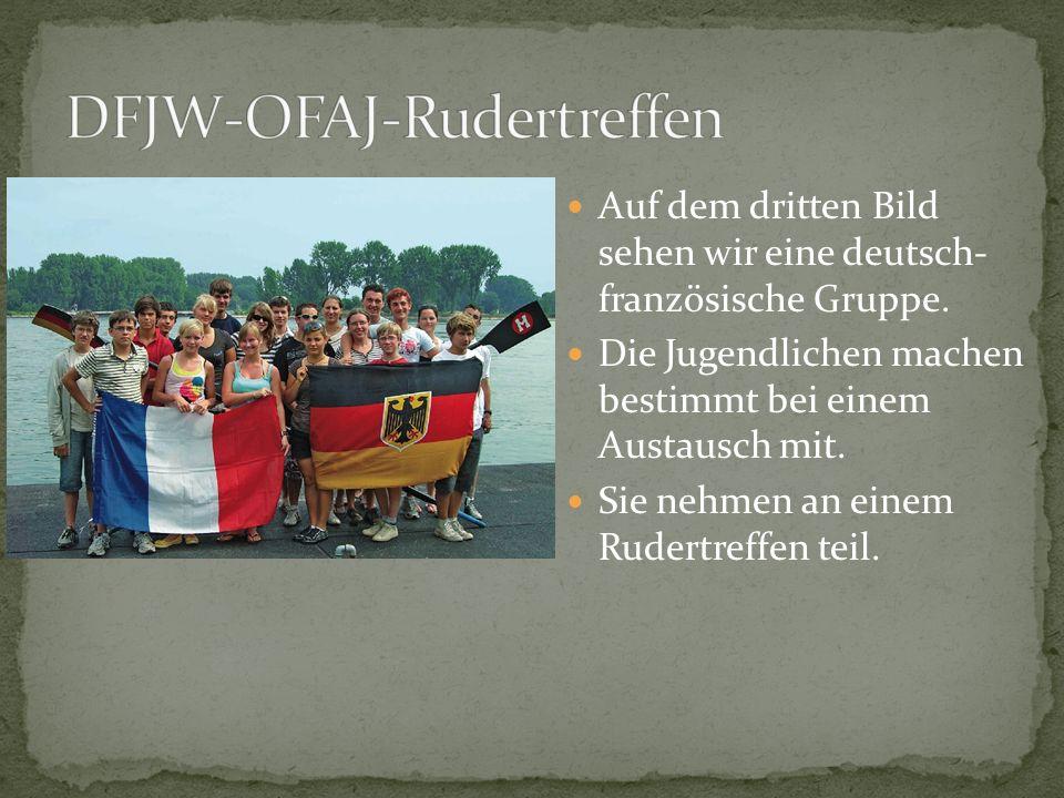 Auf dem dritten Bild sehen wir eine deutsch- französische Gruppe. Die Jugendlichen machen bestimmt bei einem Austausch mit. Sie nehmen an einem Rudert