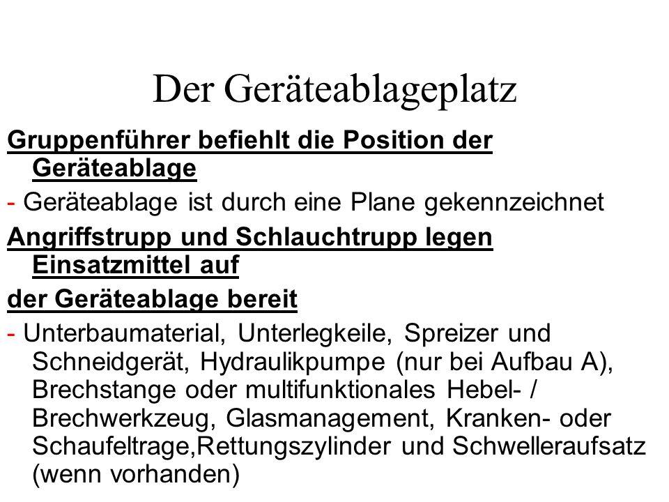 Der Geräteablageplatz Gruppenführer befiehlt die Position der Geräteablage - Geräteablage ist durch eine Plane gekennzeichnet Angriffstrupp und Schlau