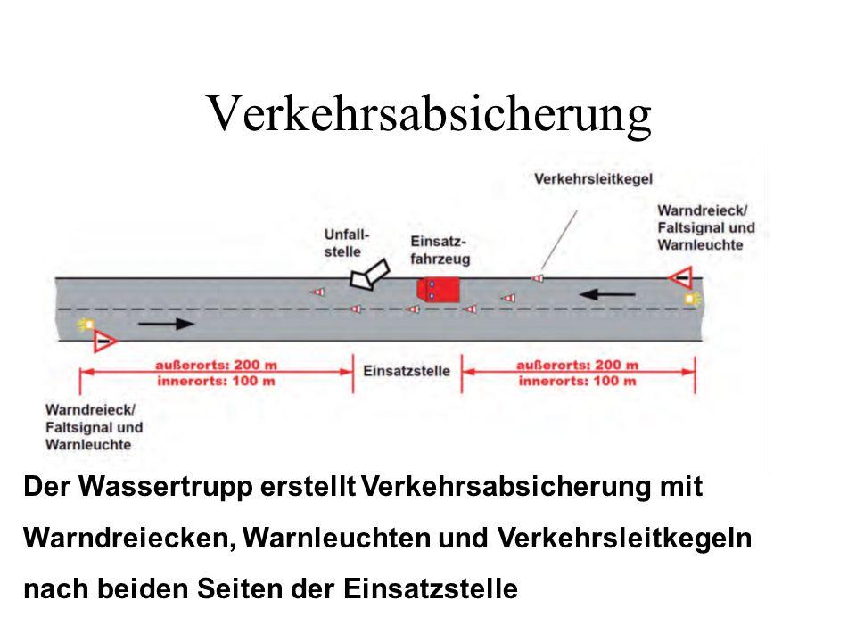 Verkehrsabsicherung Der Wassertrupp erstellt Verkehrsabsicherung mit Warndreiecken, Warnleuchten und Verkehrsleitkegeln nach beiden Seiten der Einsatz