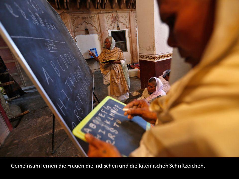 Gemeinsam lernen die Frauen die indischen und die lateinischen Schriftzeichen.