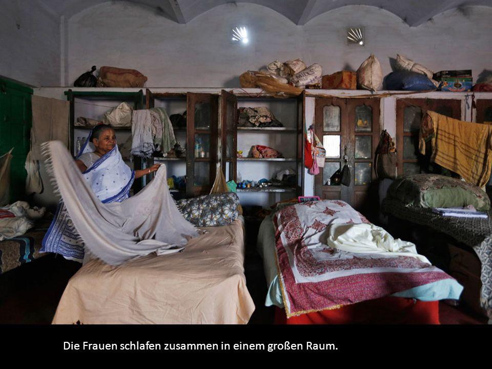 Die Frauen schlafen zusammen in einem großen Raum.