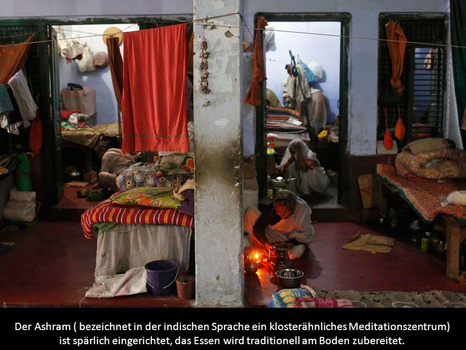 Der Ashram ( bezeichnet in der indischen Sprache ein klosterähnliches Meditationszentrum) ist spärlich eingerichtet, das Essen wird traditionell am Bo