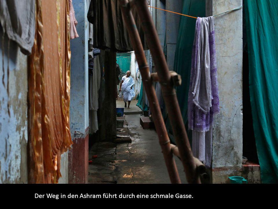 Der Weg in den Ashram führt durch eine schmale Gasse.