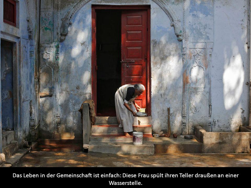 Das Leben in der Gemeinschaft ist einfach: Diese Frau spült ihren Teller draußen an einer Wasserstelle.