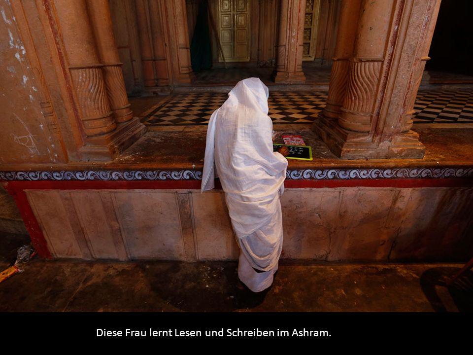 Diese Frau lernt Lesen und Schreiben im Ashram.