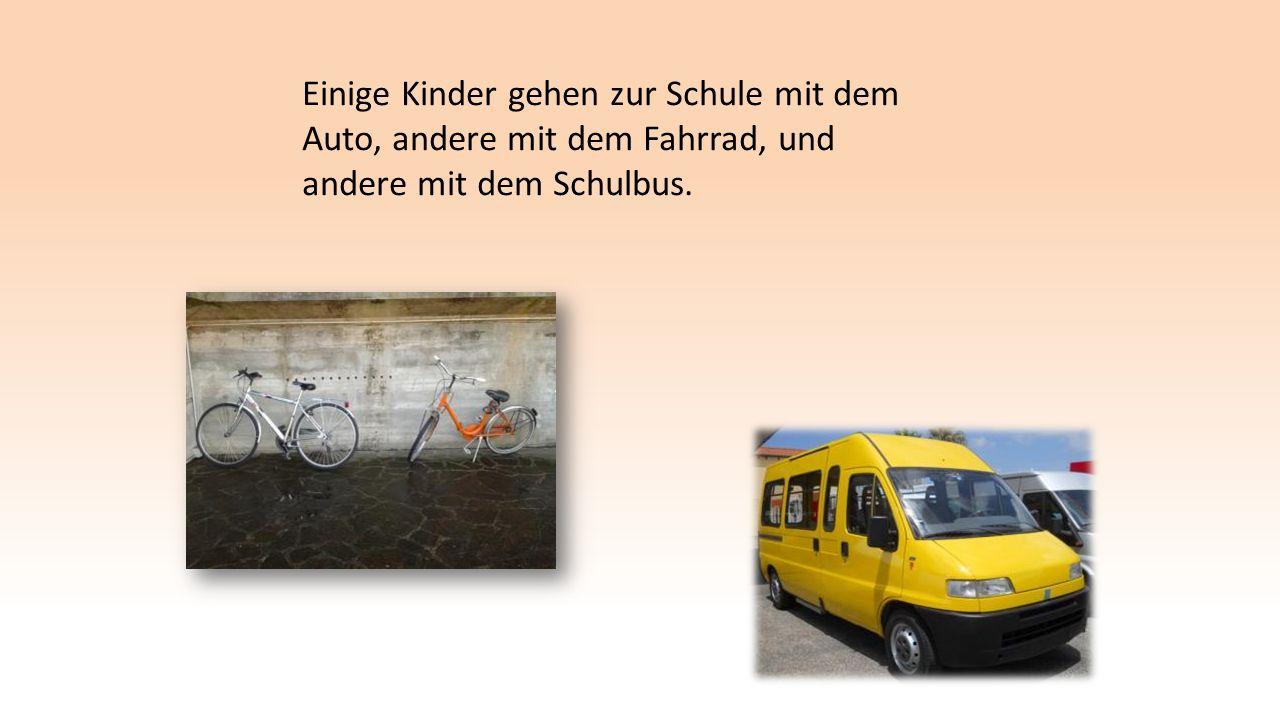 Einige Kinder gehen zur Schule mit dem Auto, andere mit dem Fahrrad, und andere mit dem Schulbus.
