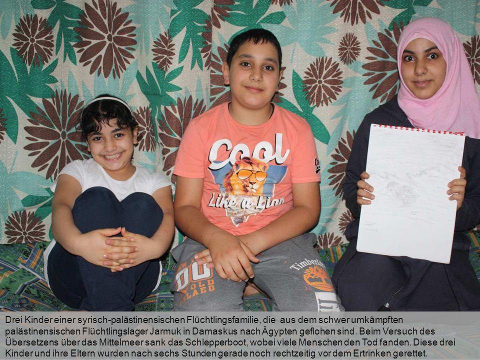 Drei Kinder einer syrisch-palästinensischen Flüchtlingsfamilie, die aus dem schwer umkämpften palästinensischen Flüchtlingslager Jarmuk in Damaskus na