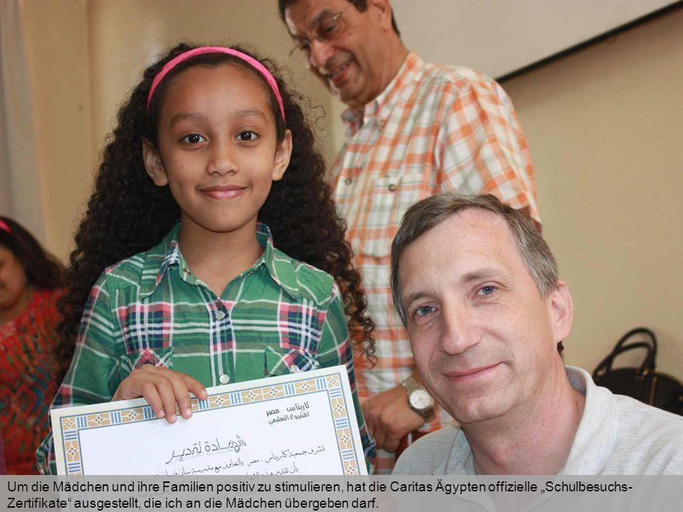"""Um die Mädchen und ihre Familien positiv zu stimulieren, hat die Caritas Ägypten offizielle """"Schulbesuchs- Zertifikate"""" ausgestellt, die ich an die Mä"""