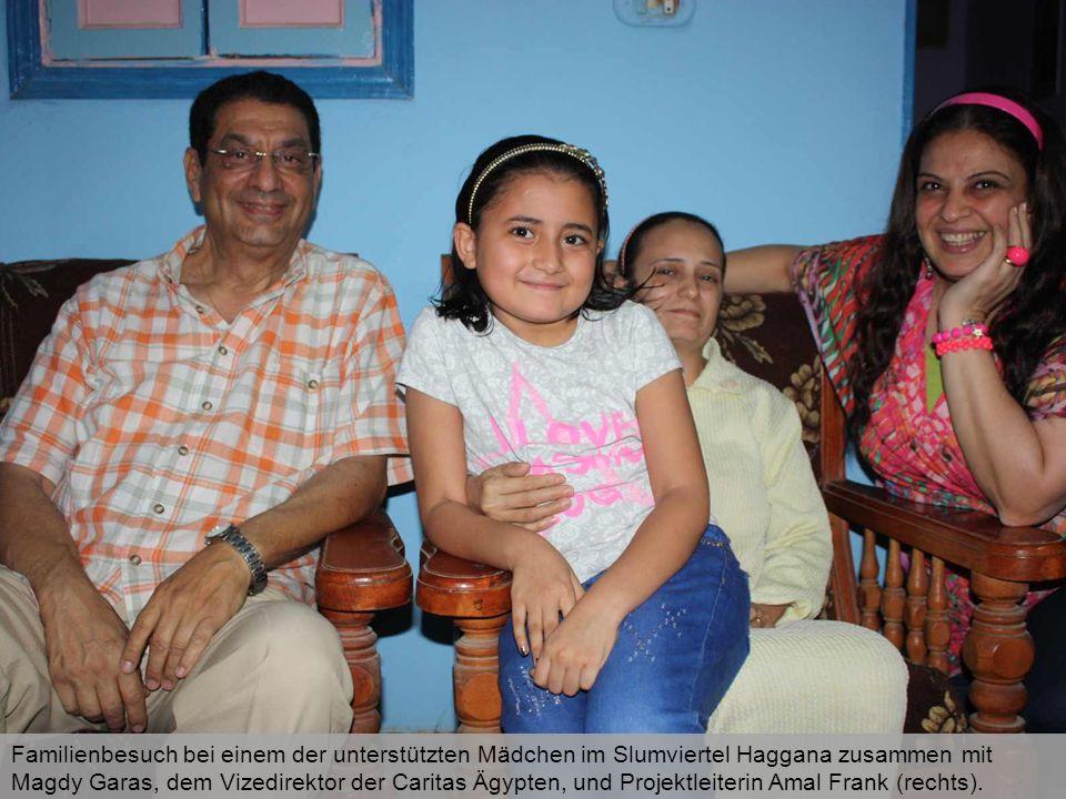 Familienbesuch bei einem der unterstützten Mädchen im Slumviertel Haggana zusammen mit Magdy Garas, dem Vizedirektor der Caritas Ägypten, und Projektl