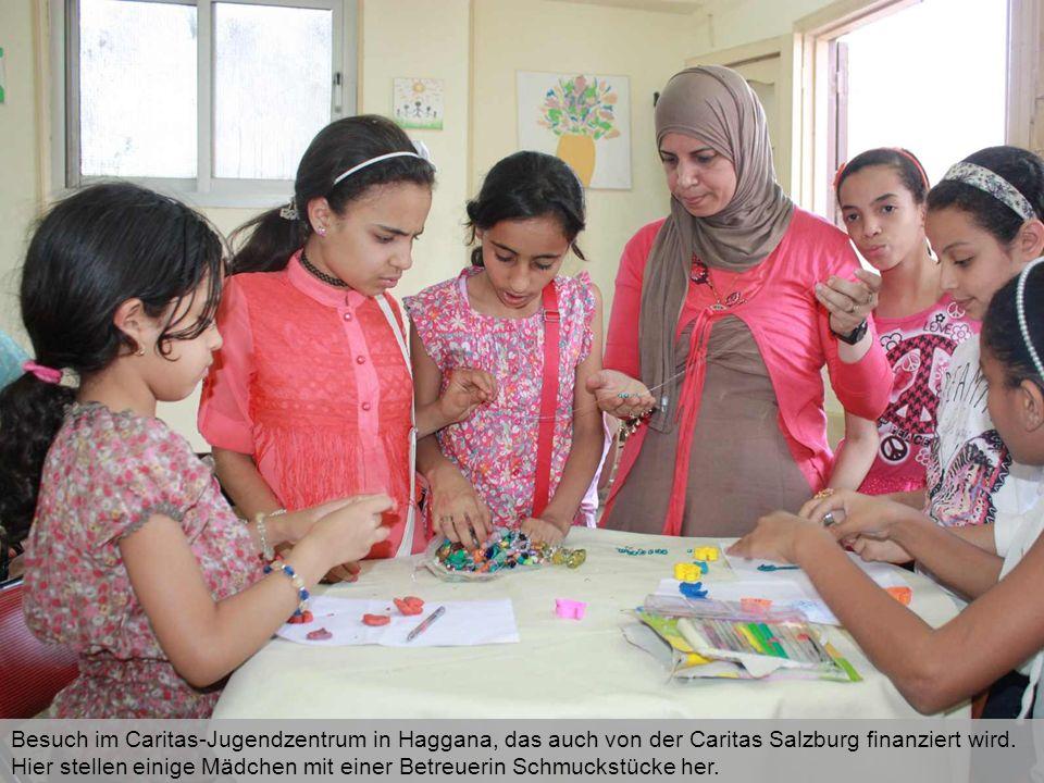Besuch im Caritas-Jugendzentrum in Haggana, das auch von der Caritas Salzburg finanziert wird. Hier stellen einige Mädchen mit einer Betreuerin Schmuc
