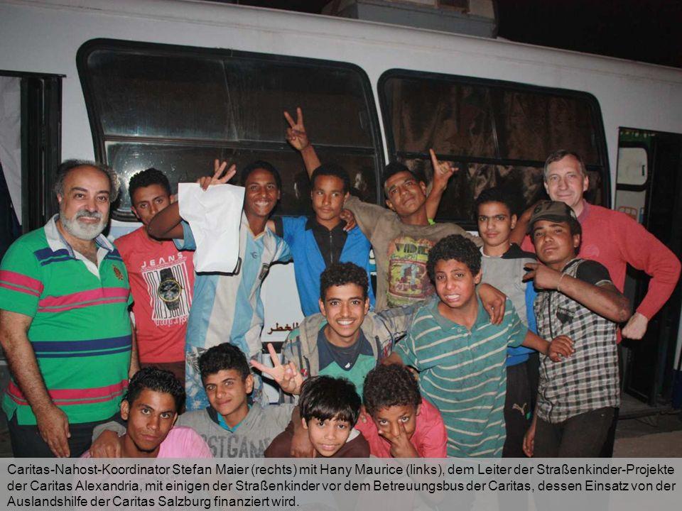 Caritas-Nahost-Koordinator Stefan Maier (rechts) mit Hany Maurice (links), dem Leiter der Straßenkinder-Projekte der Caritas Alexandria, mit einigen d