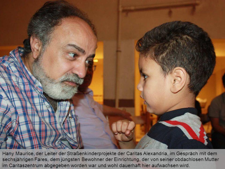 Hany Maurice, der Leiter der Straßenkinderprojekte der Caritas Alexandria, im Gespräch mit dem sechsjährigen Fares, dem jüngsten Bewohner der Einricht