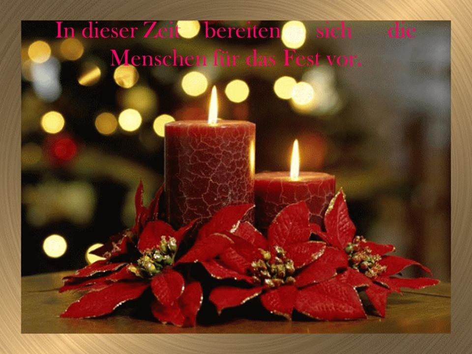 Sie schaffen einen Weihnachtskranz, der aus den Tannenzweigen besteht, und stecken im Kranz vier Kerzen.