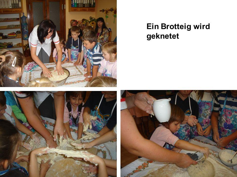 Der Brotteig wird zum Backen in die Küche gebracht